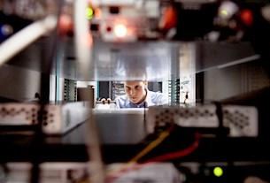 Zwei Elektrotechnik-Ingenieure im fachlichen Austausch