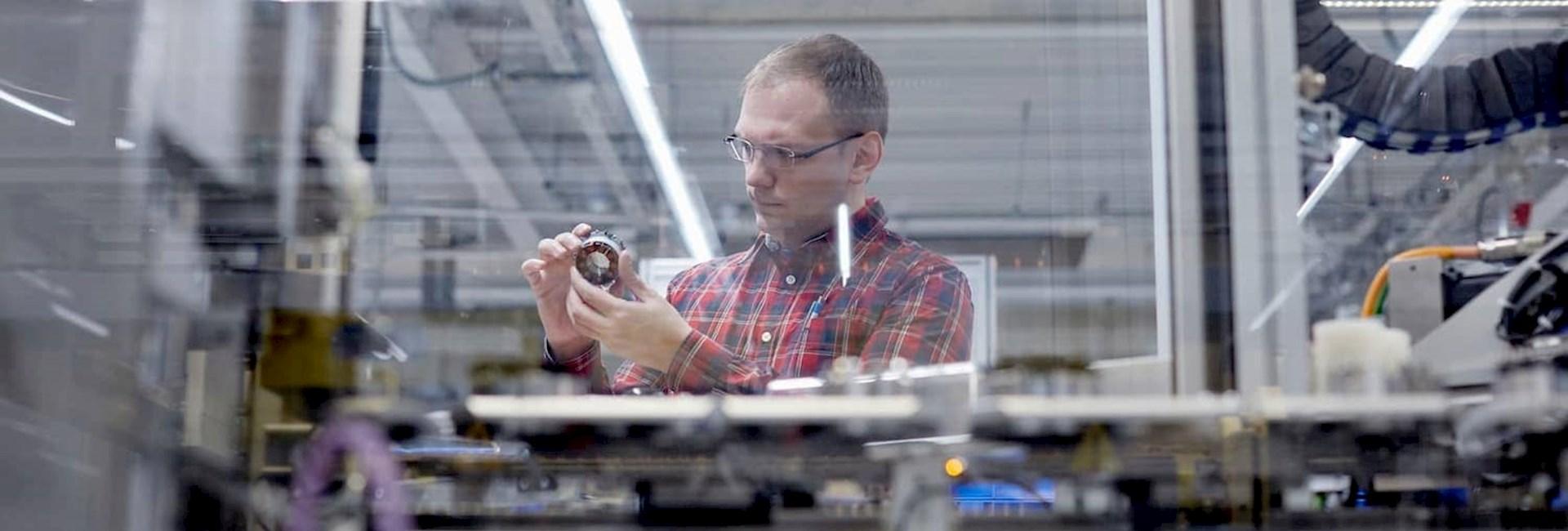 Ingenieur bei der Qualitätsprüfung