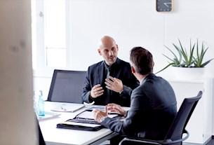 Vertriebsmitarbeiter und Bewerber im Bewerbungsgespräch