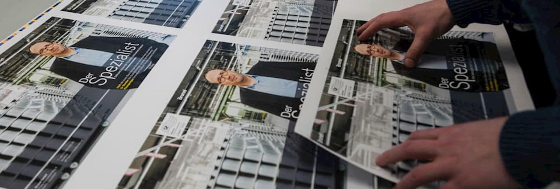 """Der Druck unseres Unternehmensmagazins """"Der Spezialist"""" wird von drei Mitarbeitern abgenommen."""