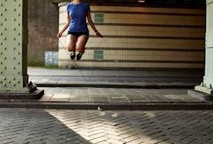 persoon dat touwtje springt