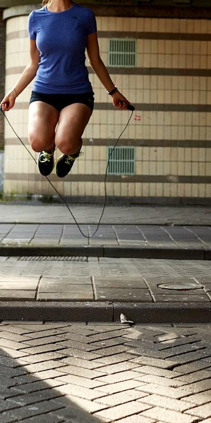 vrouw die touwtje springt