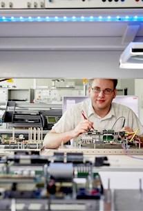 Ingenieur bedient die Technik - Einstieg