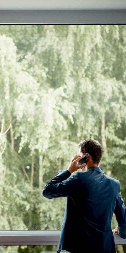 Ein Brunel Mitarbeiter im alltäglichen Telefongespräch