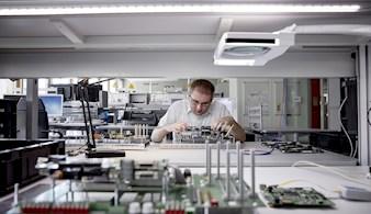 Hardware-Entwickler bei der Arbeit