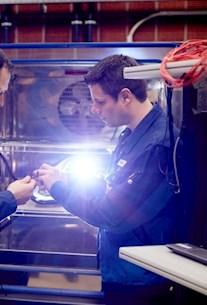 Brunel Car Synergies Mitarbeiter kontrollieren Prüfling auf seine Betriebsfestigkeit.