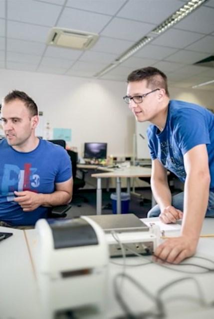 IT-Spezialisten beim Test einer Anwendungssoftware.