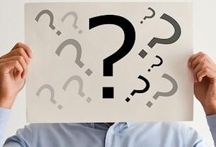 Mann fragt sich: Welche Fragen werden im Vorstellungsgespräch gestellt?