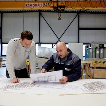 Elektrokonstrukteure bei der Arbeit