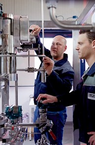 Brunel Maschinenbauingenieur bei der Besprechung mit einem Kunden zur Entwicklung einer Konstruktionsanlage.