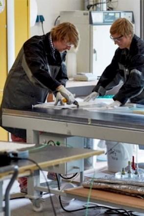 Brunel Mitarbeiter arbeiten gemeinsam im Team an Material- und Komponententests