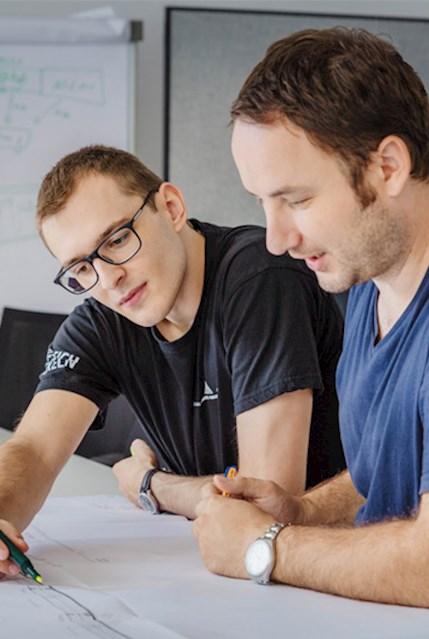 Projektmitarbeiter der Haas Food Equipment GmbH bei der Konstruktionsplanung von Anlagen für die Produktion von Waffeln, Keksen oder Kuchen.