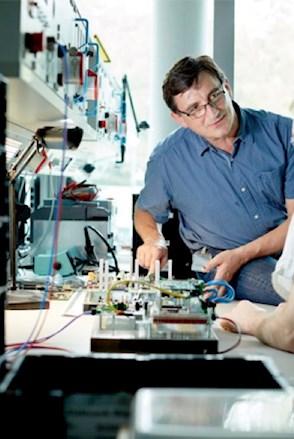 Austausch zwischen Ingenieuren der Elektrotechnik am Arbeitsplatz