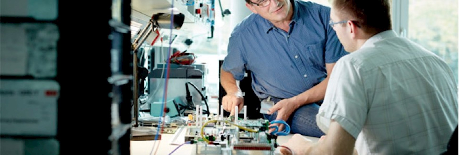 Zwei Elektrotechnik-Ingenieure im Gespräch