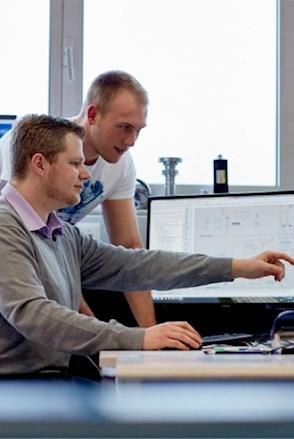 Mitarbeiter am Monitor