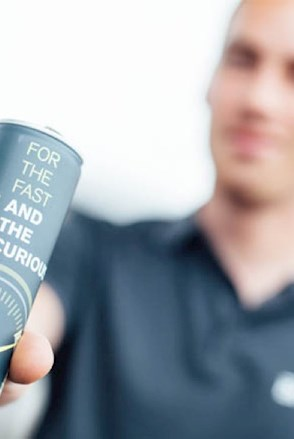 "Ein Formula Student Teilnehmer zeigt den Energydrink ""Brunel for the fast and the curious""."
