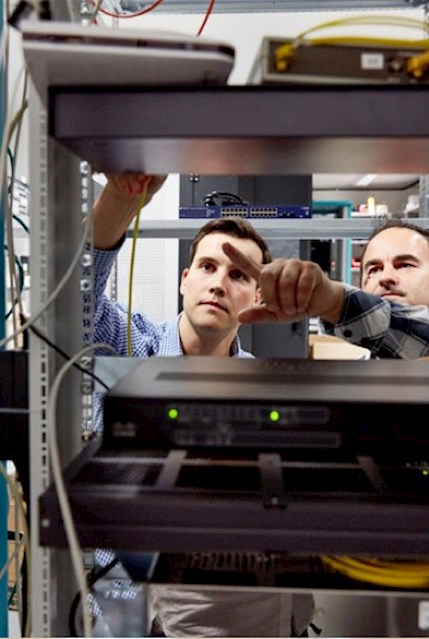 IT Mitarbeiter inspizieren die Hardware