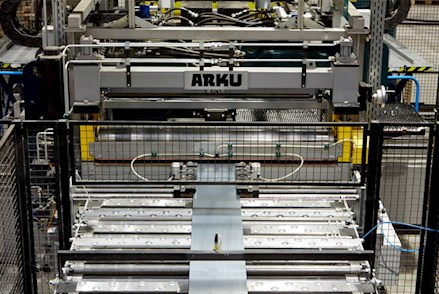 Maschinen verarbeiten das Material