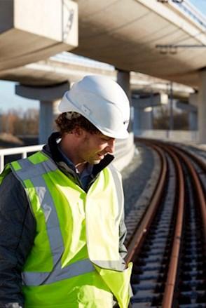Mitarbeiter auf Schiene