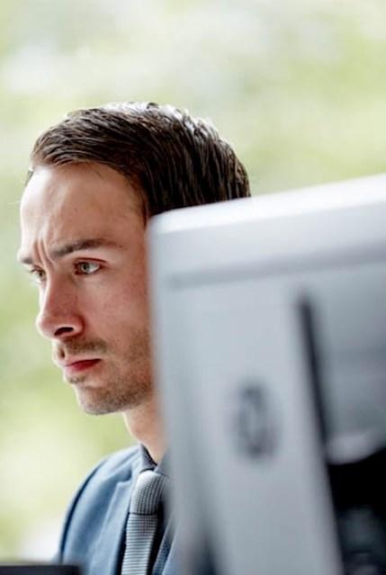 Ein Brunel Mitarbeiter aus dem Vertrieb arbeitet konzentriert