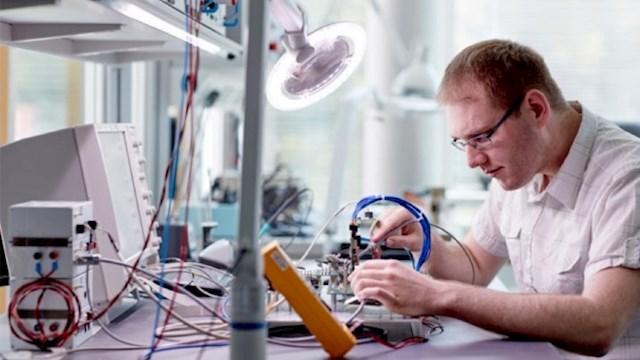 Elektroingenieur bei der Arbeit