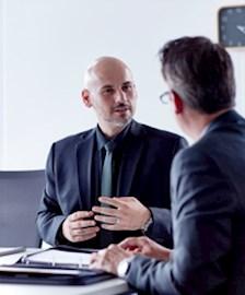 Account-Manager im Gespräch mit Projektmitarbeiter