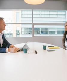 Manager of Candidate Relation im Gespräch mit einem Bewerber.