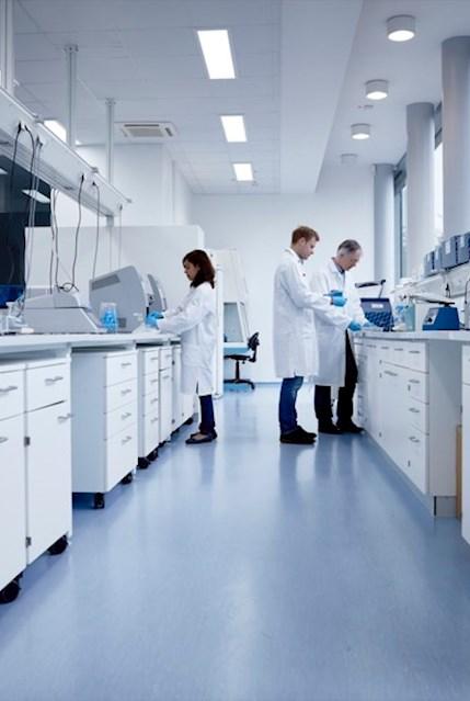Mitarbeiter im Laborumfeld