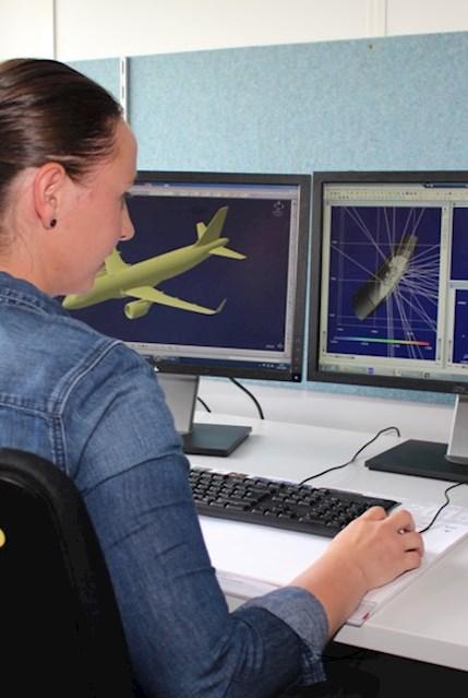 Mitarbeiterin im Bereich Luft- und Raumfahrt vor CATIA Model
