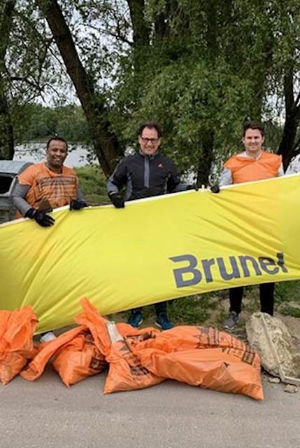 Müllsammeln am Rhein