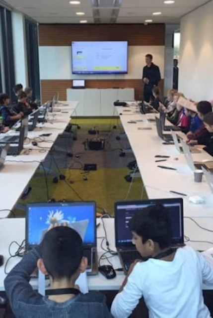 Im Rahmen der Make-A-Wish-Business-Challange lernen Kinder die ersten Schritte im Bereich Informatik und Programmierung.
