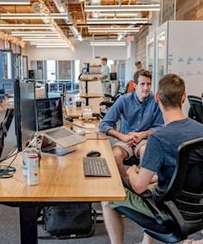 Mannen praten over programmeren IT bij computer