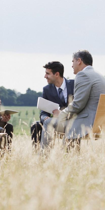 Mensen werken in een veld